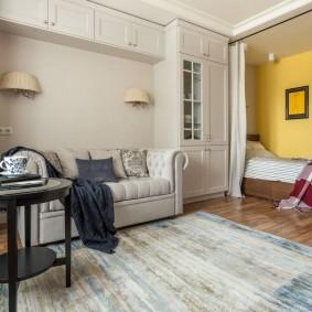 спальня в однокомнатной квартире с диваном идеи фото