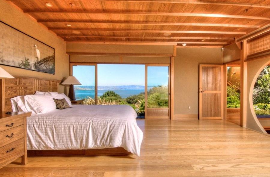 Деревянный потолок в спальне восточного стиля