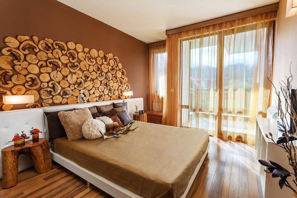 Декор деревянными спилами стены в спальне