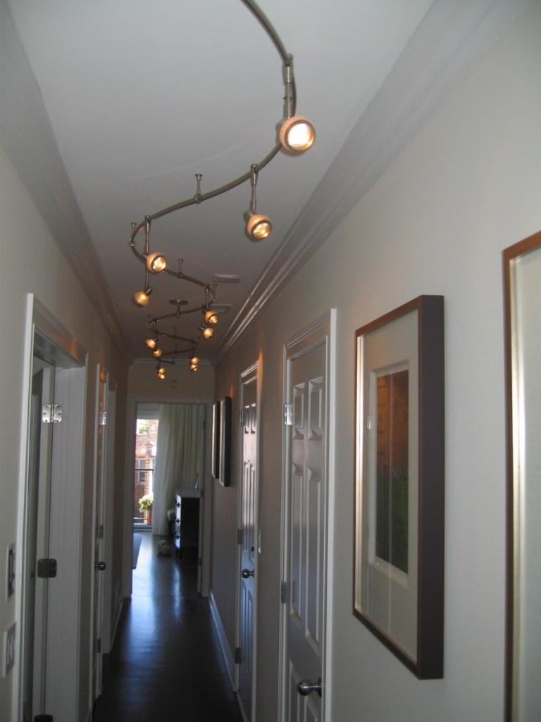 Поворотные споты на потолке длинного коридора