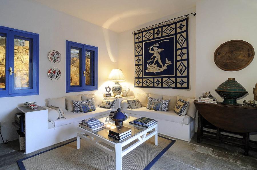 Синие рамы в комнате средиземноморского стиля
