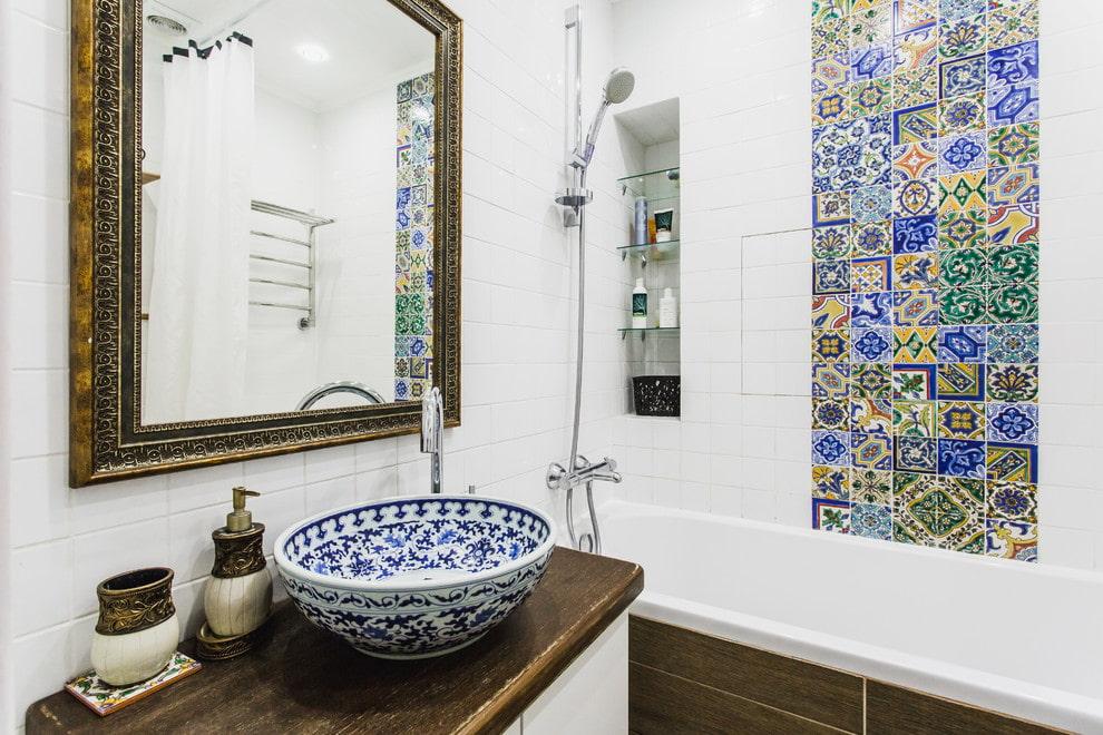 Умывальник в ванной комнате средиземноморского стиля