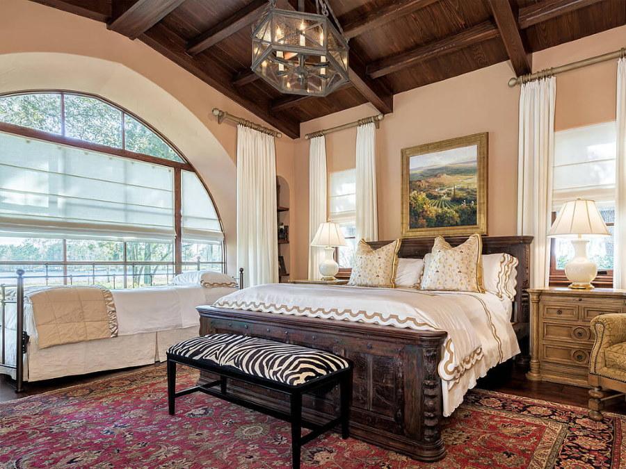 Деревянный потолок в спальне средиземноморского стиля
