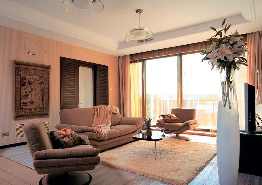 Персиковые стены в зале с панорамным окном