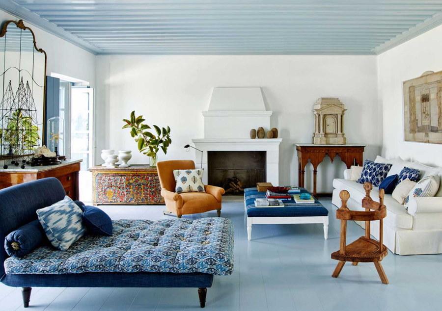 Голубой потолок в зале средиземноморского стиля