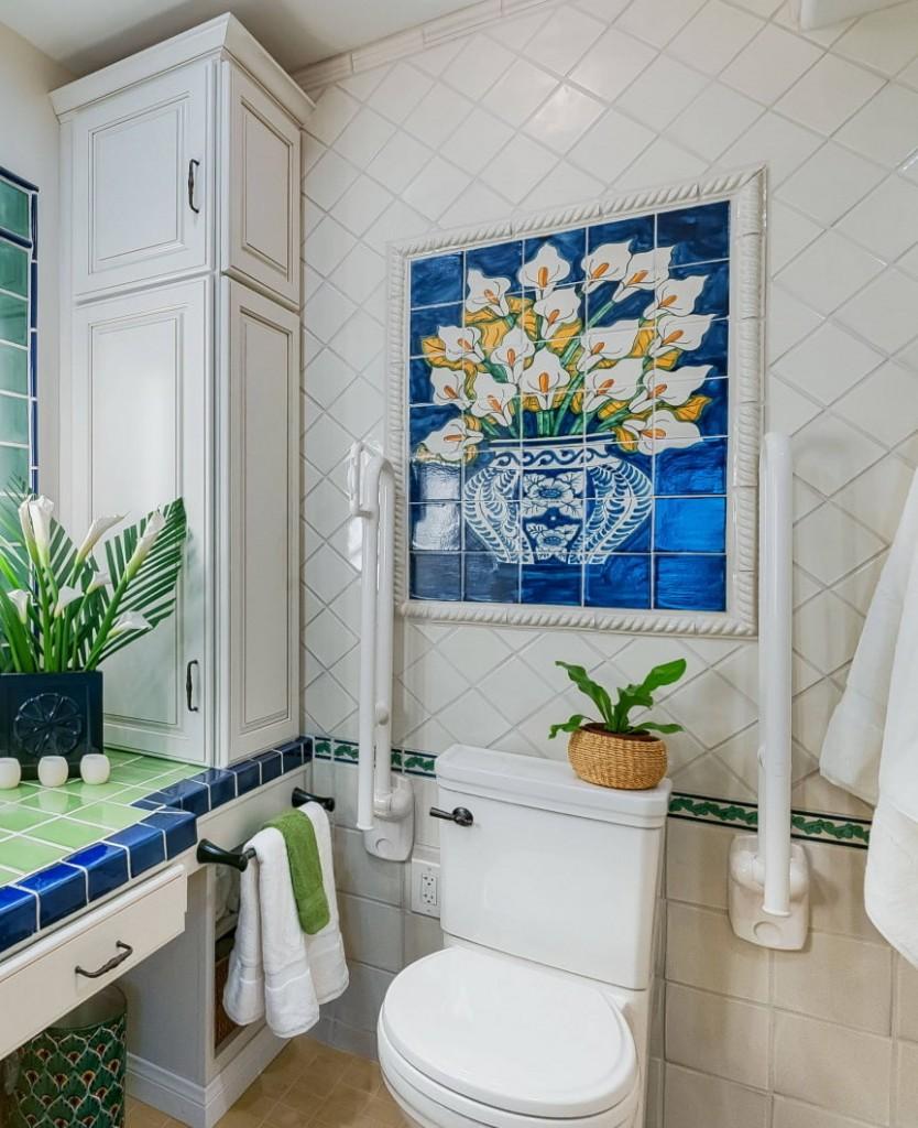 Керамическое панно над унитазом в туалете