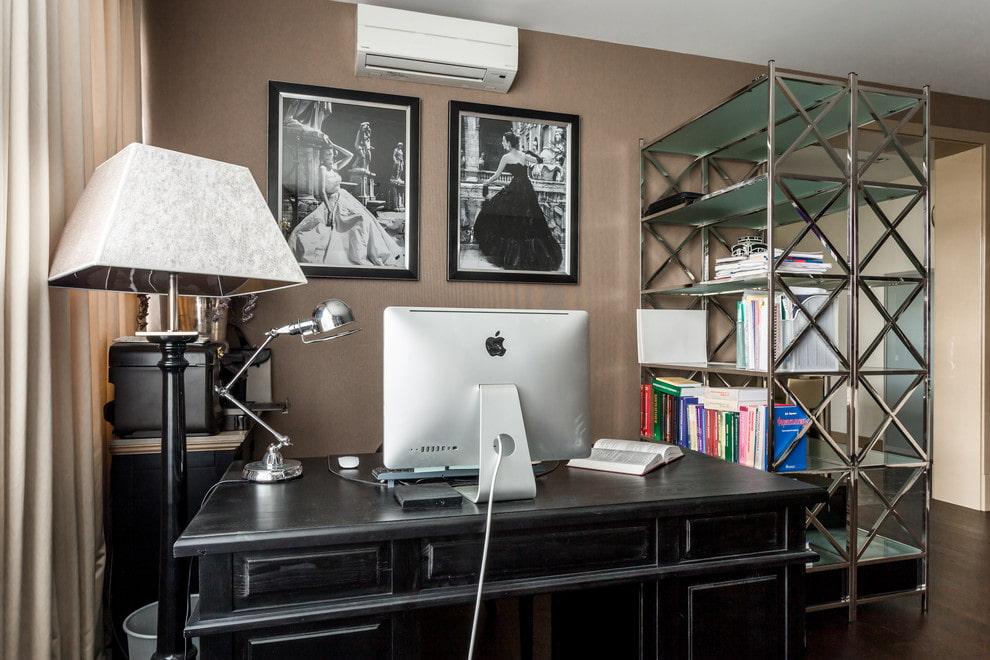 Стильный стеллаж возле рабочего стола в кабинете
