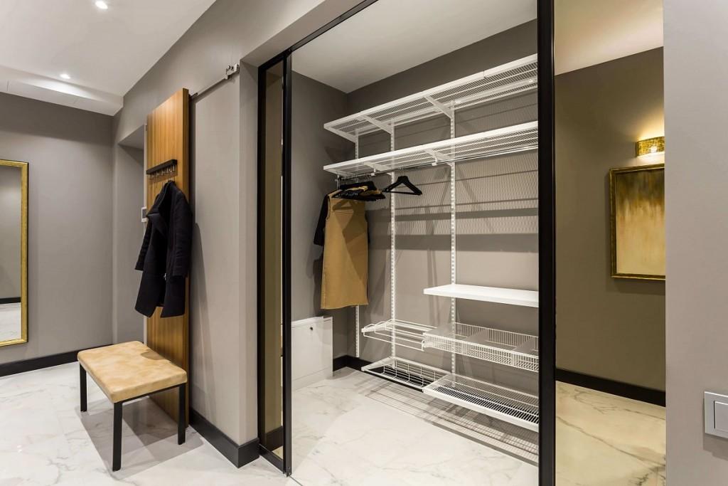 Металлические стеллажи в отдельной гардеробной комнате