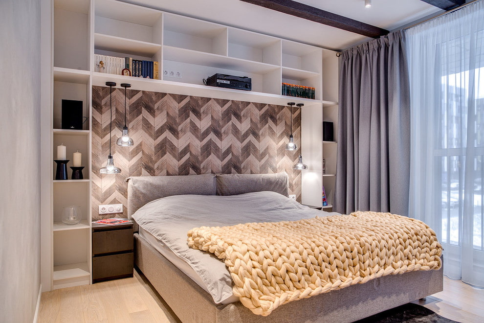 Встроенные полки в комнате с серой шторой