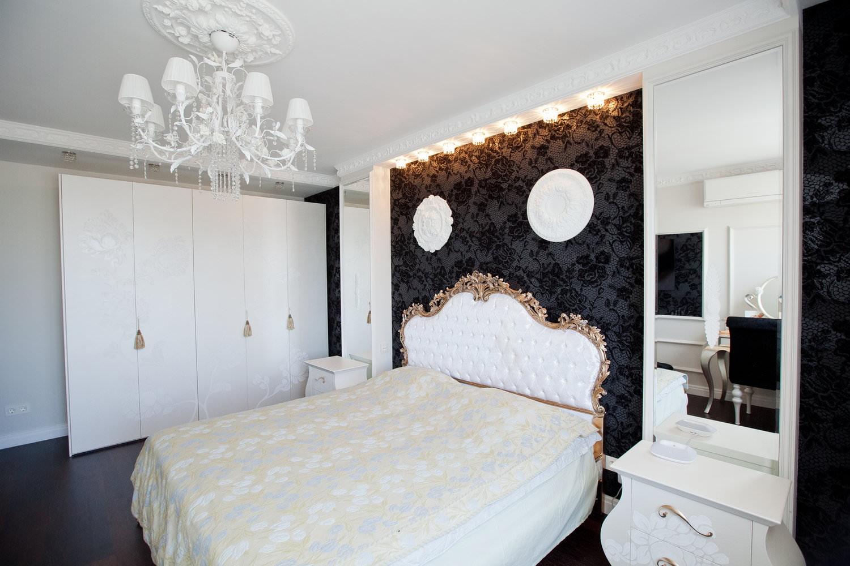 стена за кроватью в спальне с тканью