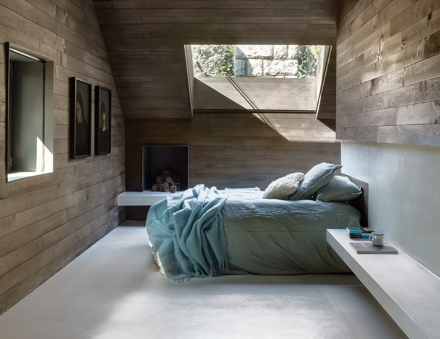 Светлый пол в спальне загородного дома