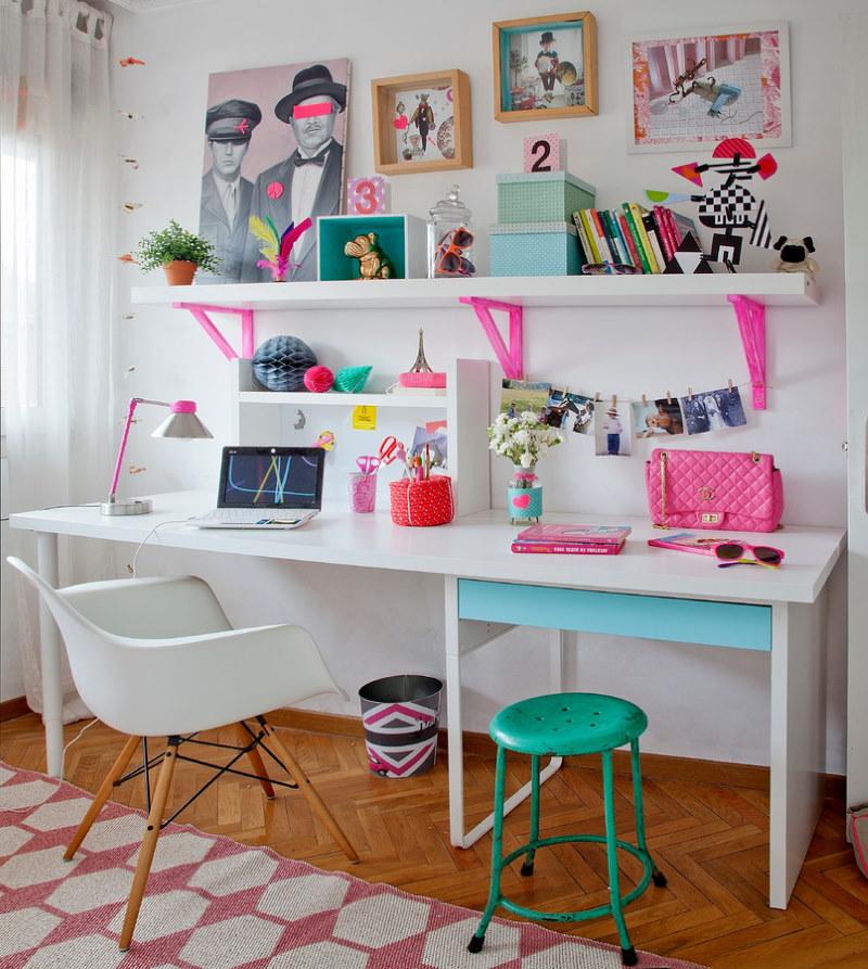 Рабочий стол для занятий творчеством в комнате девочки