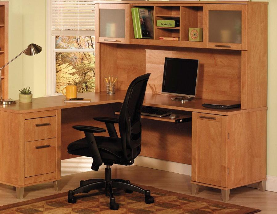 Стол с надстройками в рабочем кабинете дома