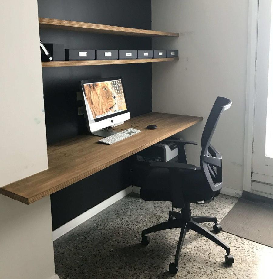 Встроенный стол в нише стены рабочего кабинета