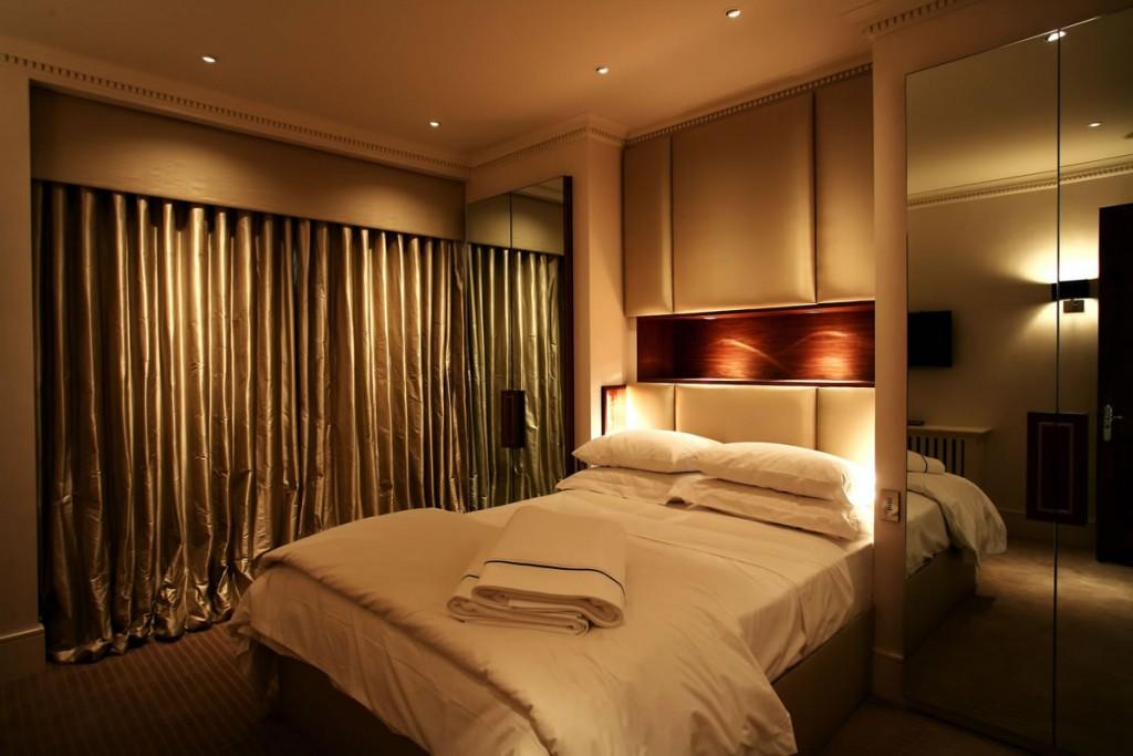 Комфортное освещение в уютной спальне