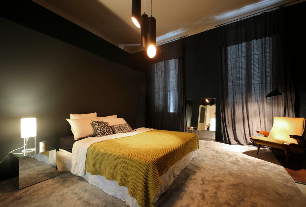 Светлая кровать в спальне с черными стенами