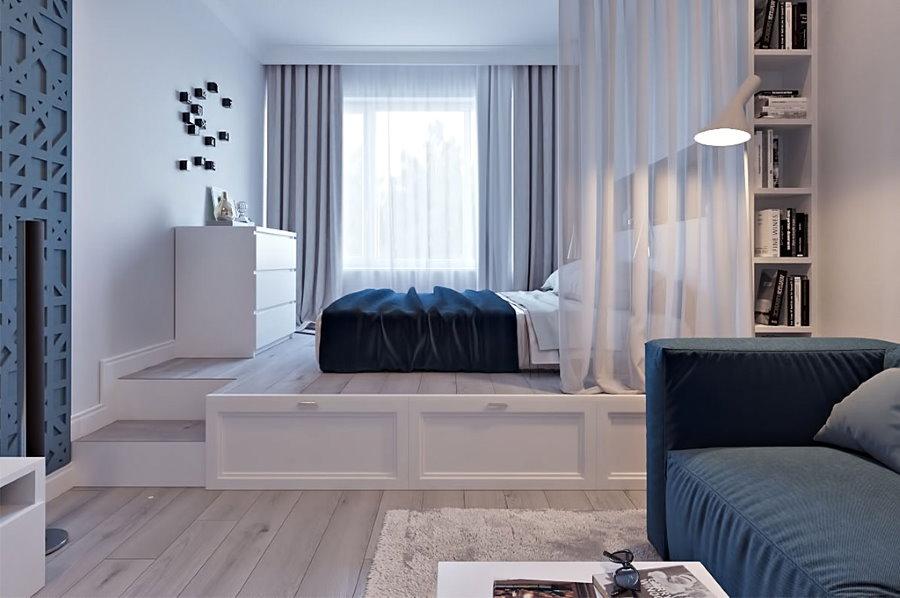 Белые стены в комнате с кроватью и диваном