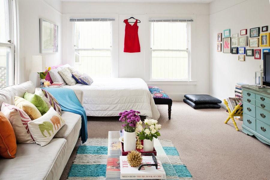 Угловая комната с диваном и широкой кроватью