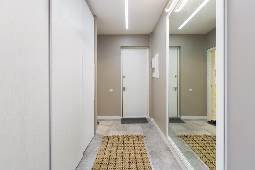 Зеркальная стена в коридоре вытянутой формы