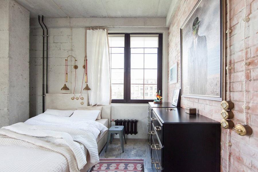 Черный комод в интерьере мужской спальни