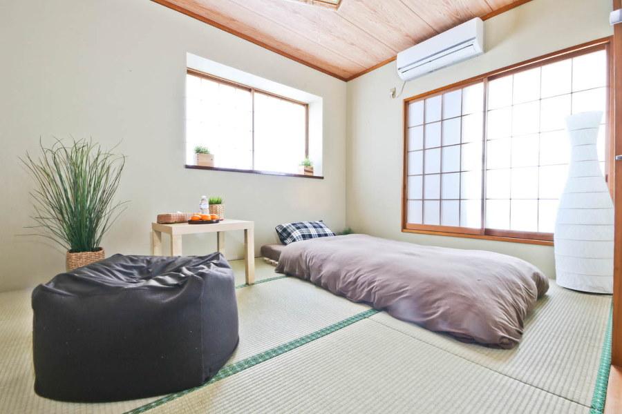 Внутренний блок споит-системы на стене спальной комнаты