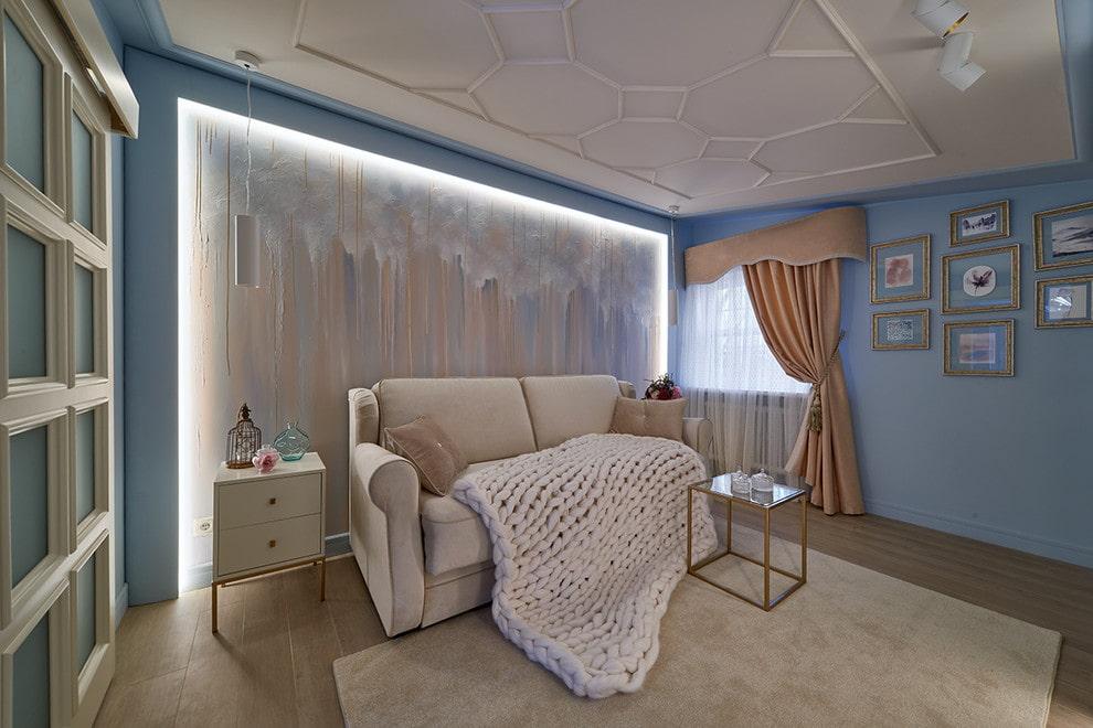 Раскладной диван в гостиной с нишей во всю стену