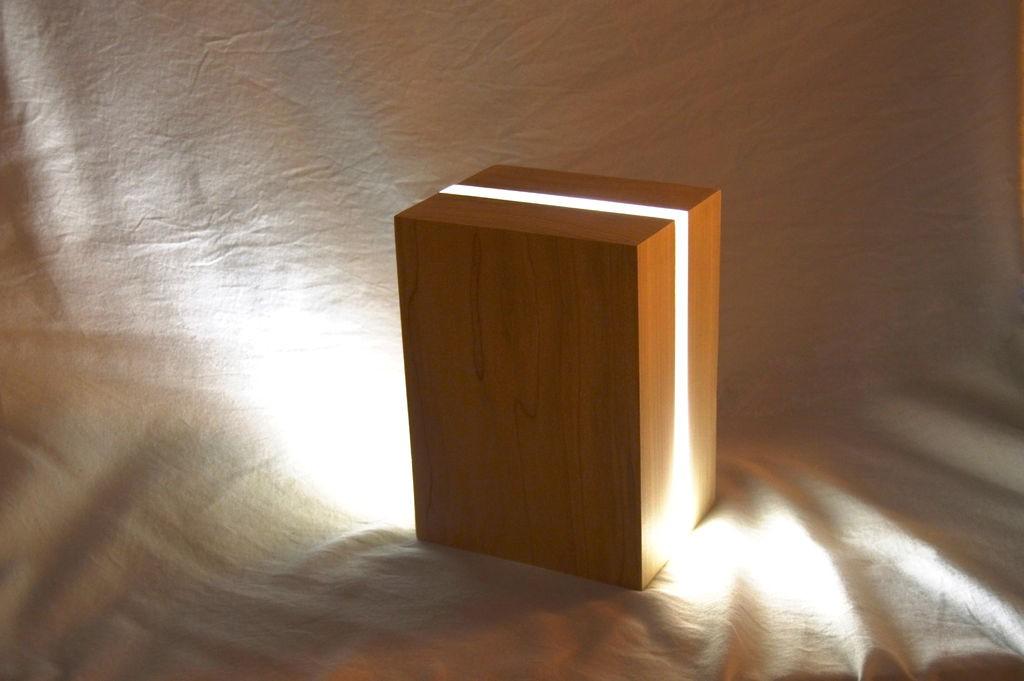Светодиодная лампа на прикроватной тумбочке