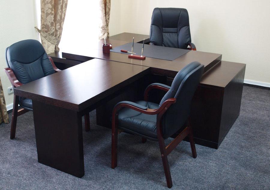 Т-образный стол в кабинете руководителя компании