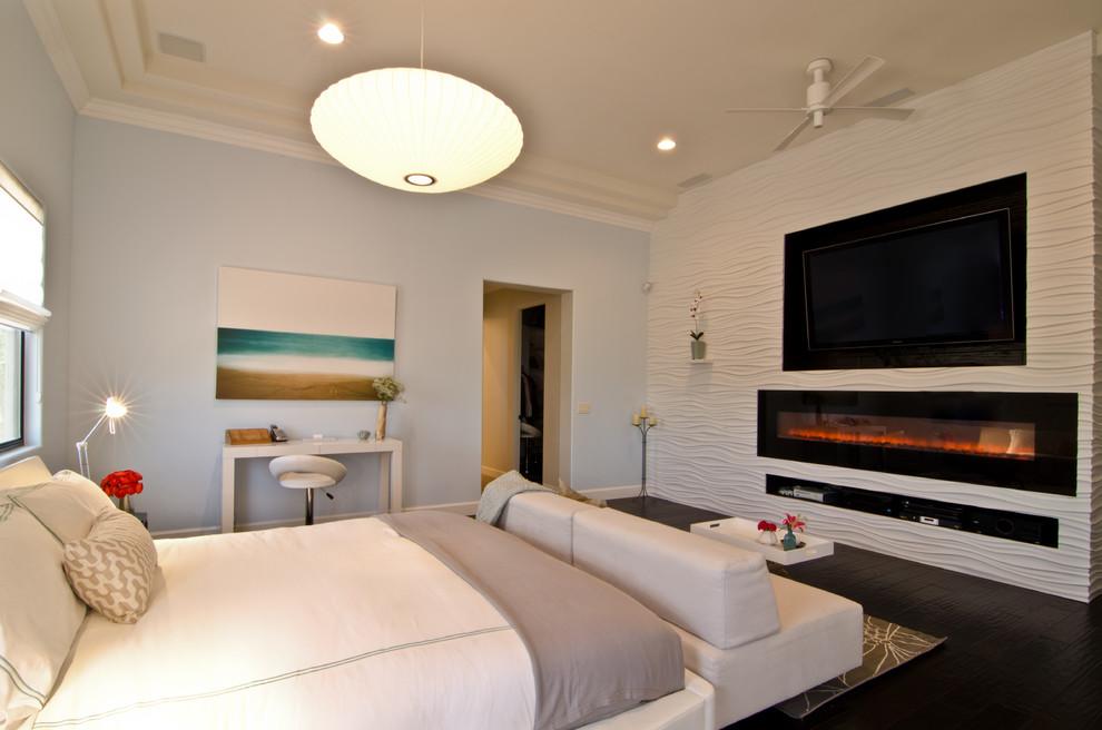Интерьер спальной комнаты с камином и телевизором