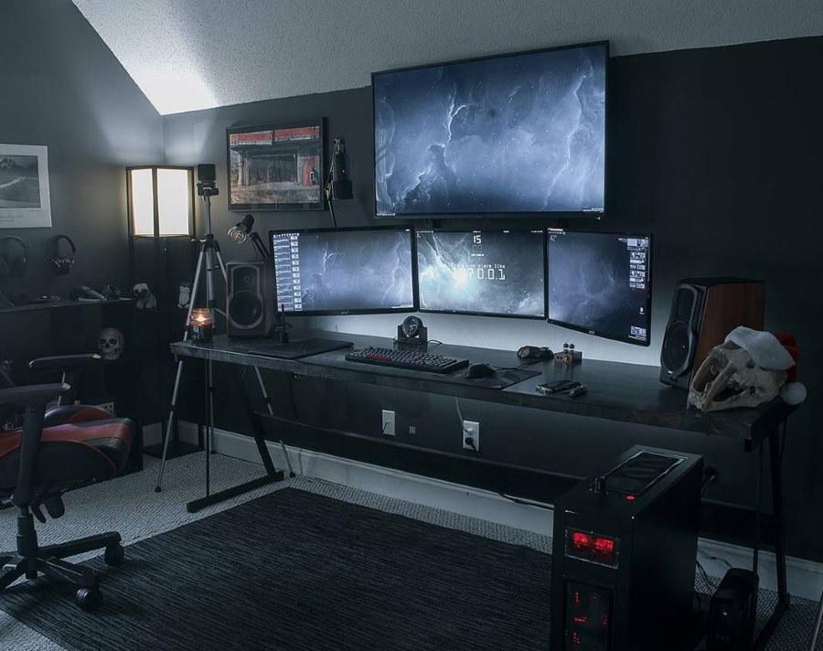 Консольный стол с мониторами в комнате геймера