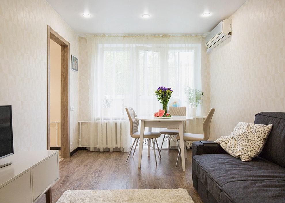 Серый диван в светлой комнате