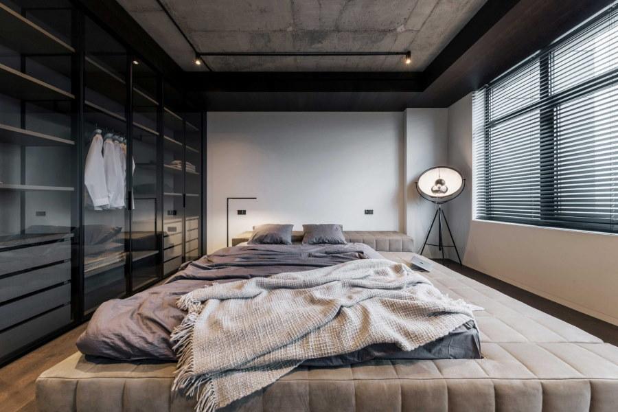 Оформление потолка из гипсокартона в брутальной спальне
