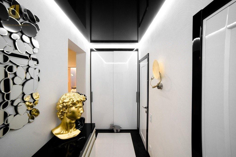 Парящий потолок черного цвета в коридоре