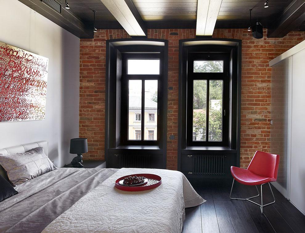 Темные доски на потолке спальни в стиле лофт