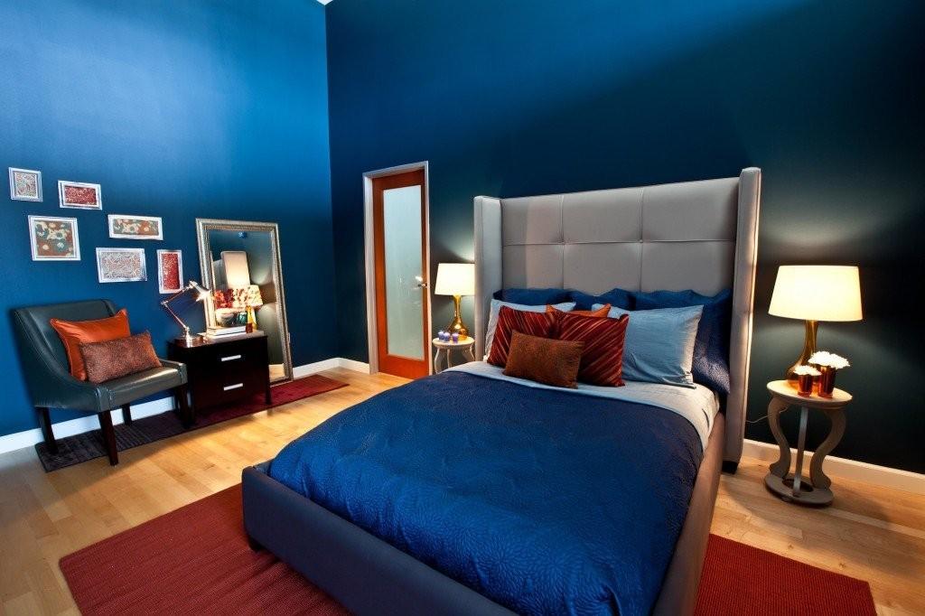 Терракотовый ковер на полу спальни с синими стенами