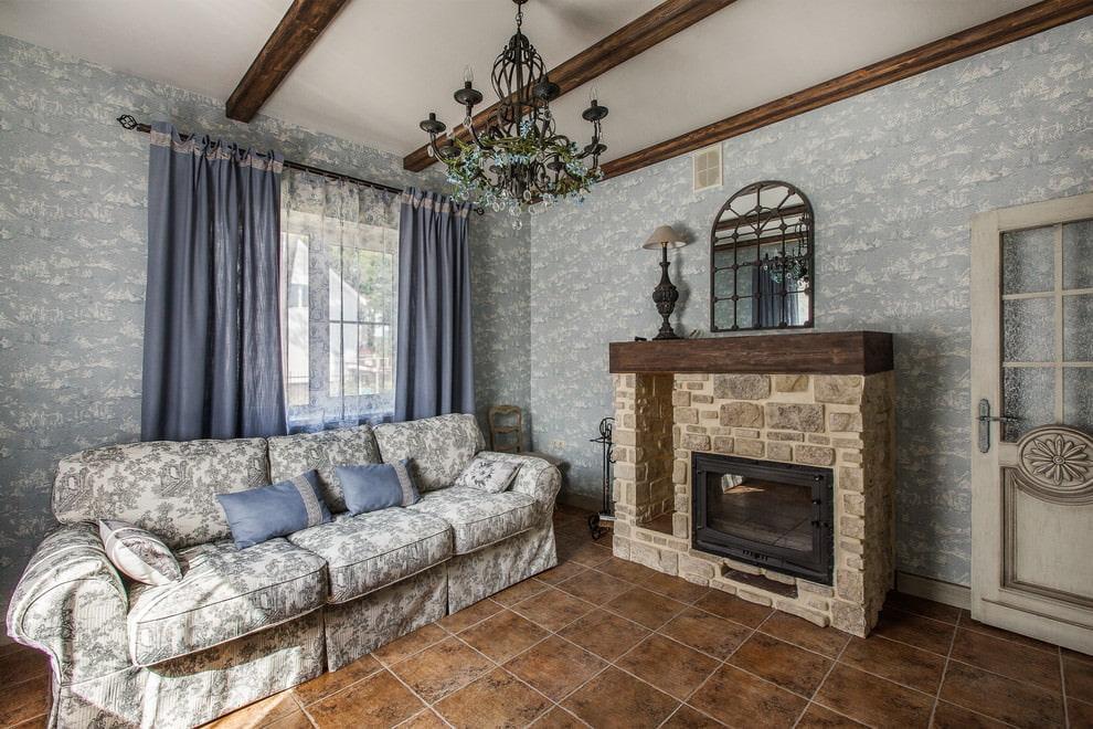 Тканевый диван в гостиной с камином