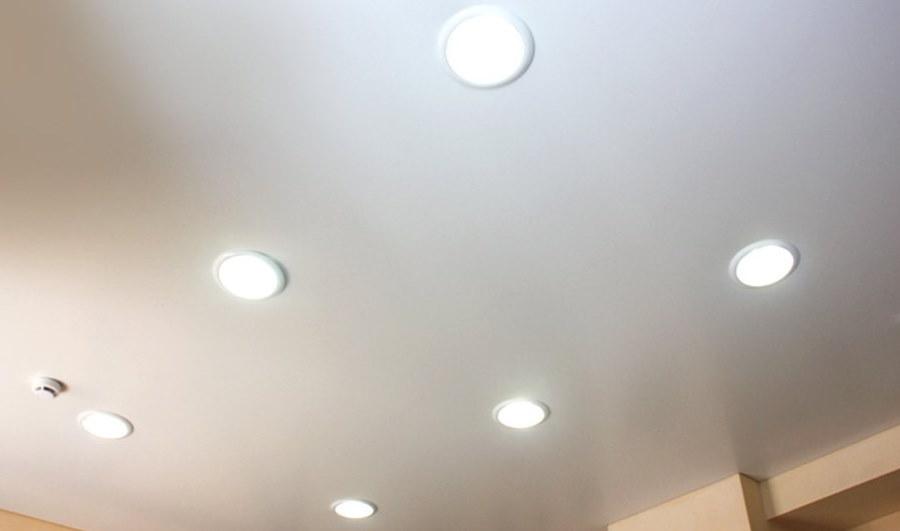 Потолок с точечными светильниками круглой формы