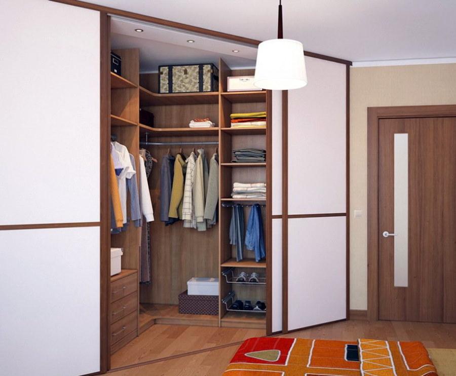 Практичный гардероб в углу прихожей комнаты