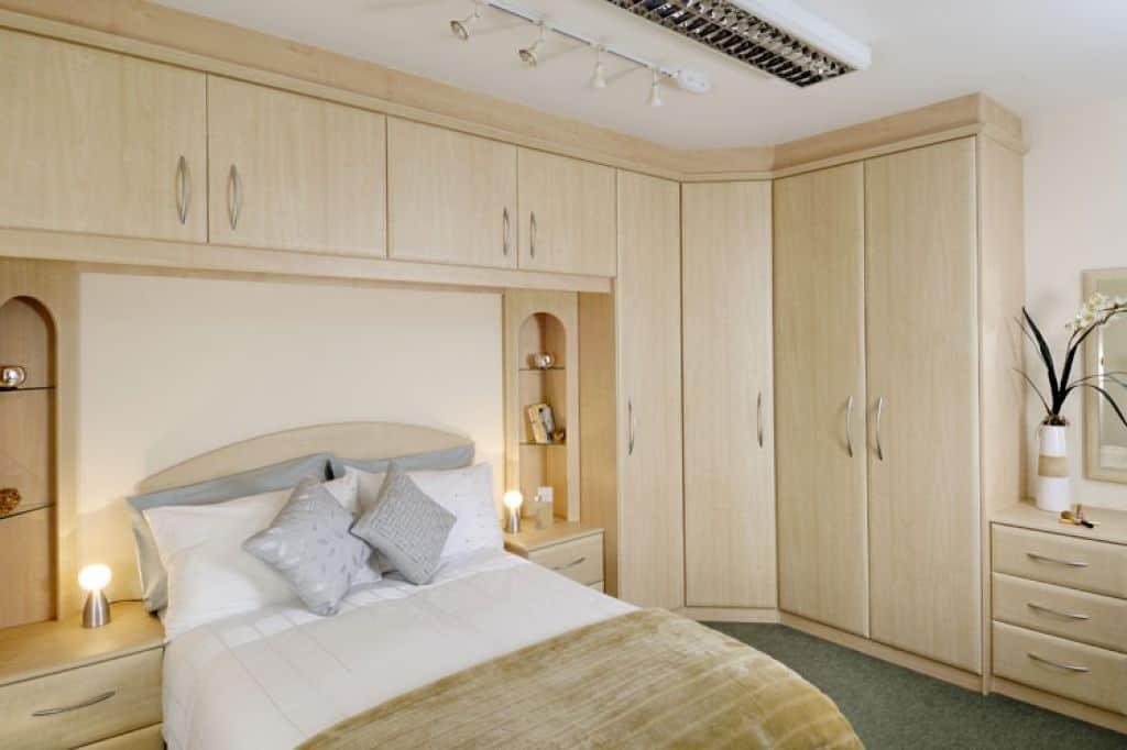 Система хранения вещей в спальне небольшого размера