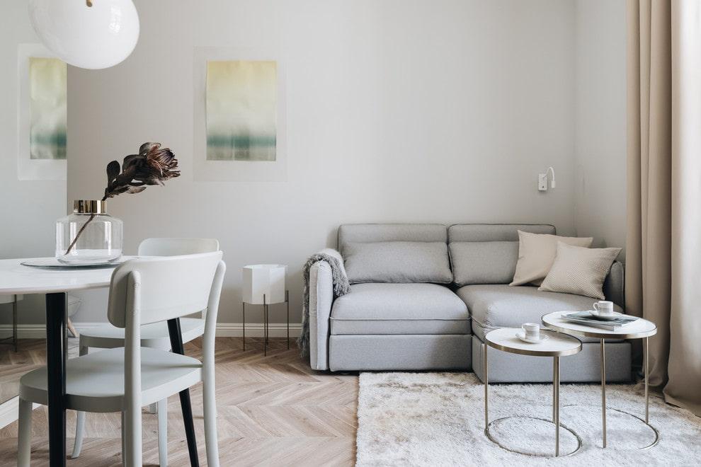Небольшой раскладной диванчик в углу гостиной