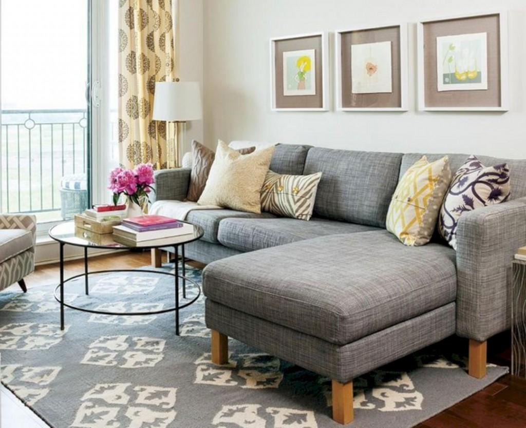 Серый угловой диван на деревянных ножках