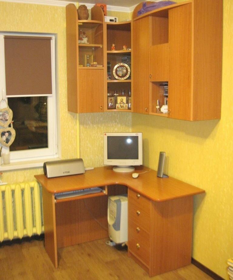 Рабочее место подростка перед окном маленькой комнаты