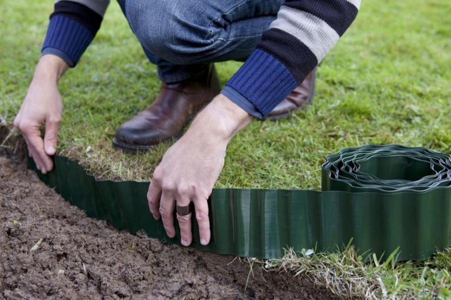 Монтаж бордюрной ленты на огородной грядке