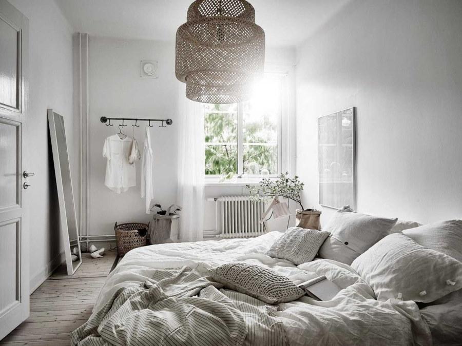 Естественное освещение в спальне с белыми стенами