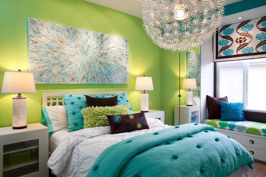 Бирюзовое одеяло в спальной комнате