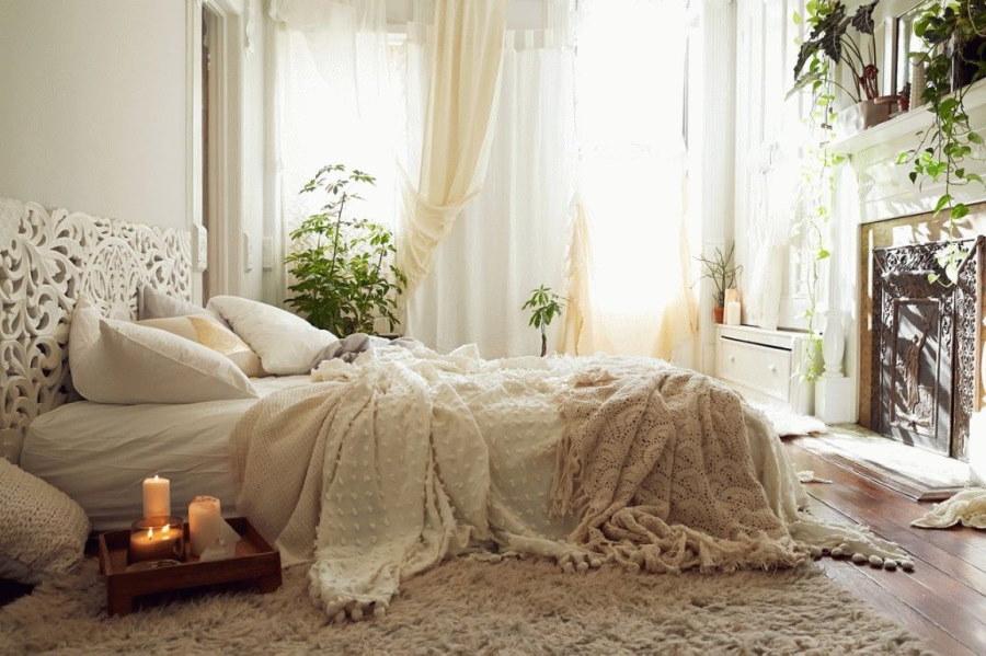 Свечи на подносе перед кроватью в уютной спальне