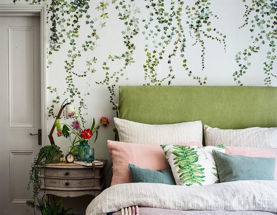 Зеленое изголовье кровати в уютной спальне