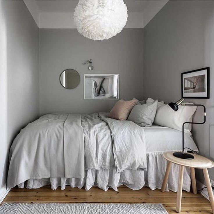 Двухспальная кровать в маленькой комнате