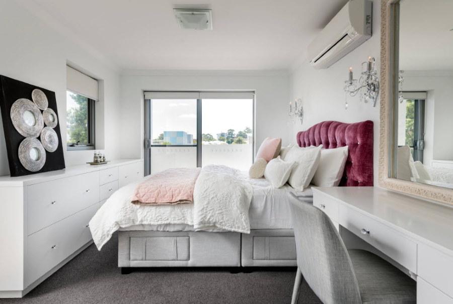 Узкий комод в белой спальне