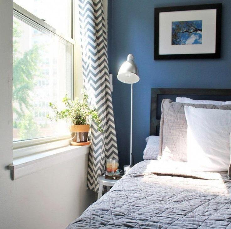 Узкий проход в спальне размерами 2 на 2